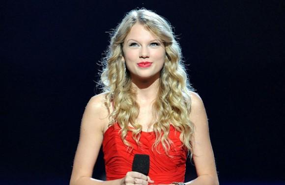 Menina de vermelho falando no microfone - Taylor Swift