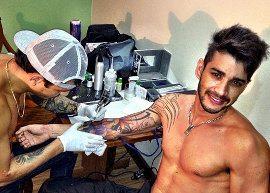 Gusttavo Lima termina tatuagem
