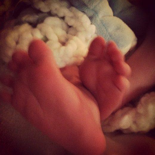 Hilary Duff posta foto do pé do filho