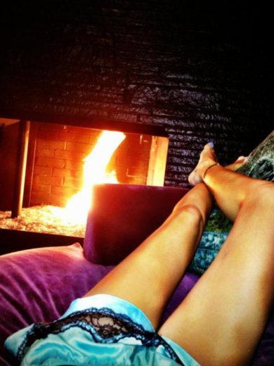 Miley Cyrus posta foto com as pernas de fora curtindo preguiça