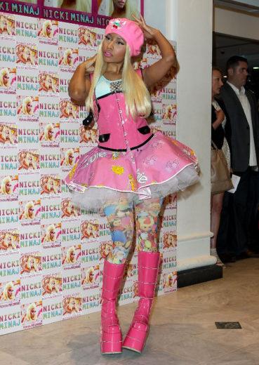 Nicki Minaj veste roupa de Barbie em noite de autógrafos
