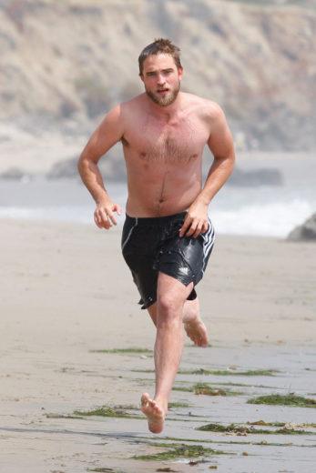 Robert Pattinson surfa em Malibu