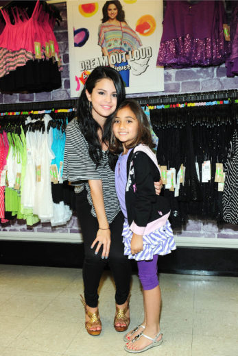Selena Gomez e fã conferem coleção Dream Out Loud
