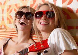 Duas amigas de óculos escuro