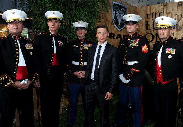 Zac Efron e Corpo de Fuzileiro Navais dos Estados Unidos