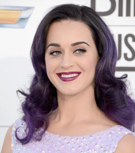 Katy Perry faz retrospectiva da carreira usando a timeline do Facebook