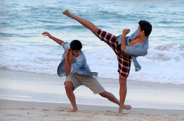 Bruno Gissoni e Rodrigo Simas lutam capoeira com o irmão caçula na praia!