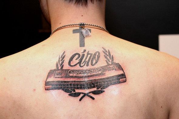 Guitarrista da Cine faz tatuagem em homenagem ao avô