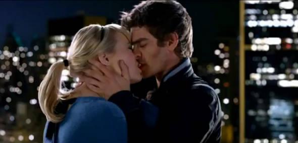 """Lindos! Andrew Garfield e Emma Stone se beijam em trailer de """"Homem Aranha"""""""