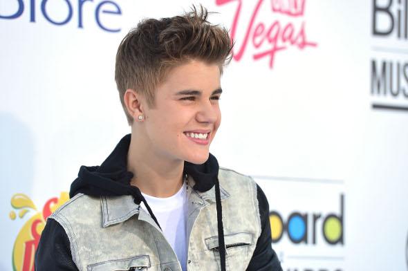 Justin Bieber leva fã para premiação e ganha o título de Melhor Artista Social