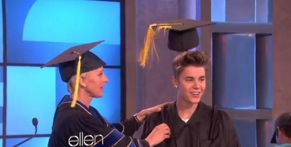 Justin Bieber ganha formatura de colegial!