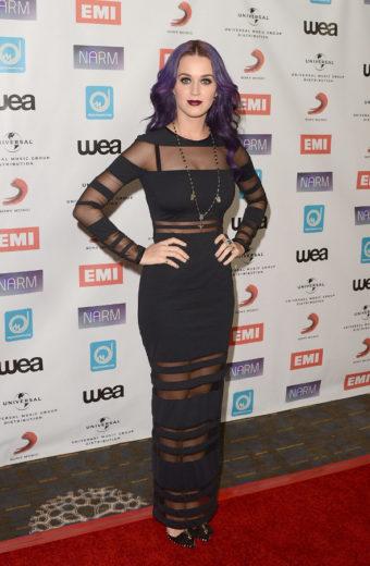 Katy Perry recebe prêmio com look gótico