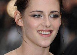 Kristen Stewart tropeça em vestido transparente