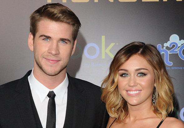 Miley Cyrus prega peça no namorado em programa de TV