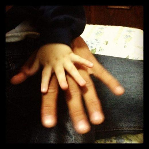 Neymar posta foto da mãozinha do filho