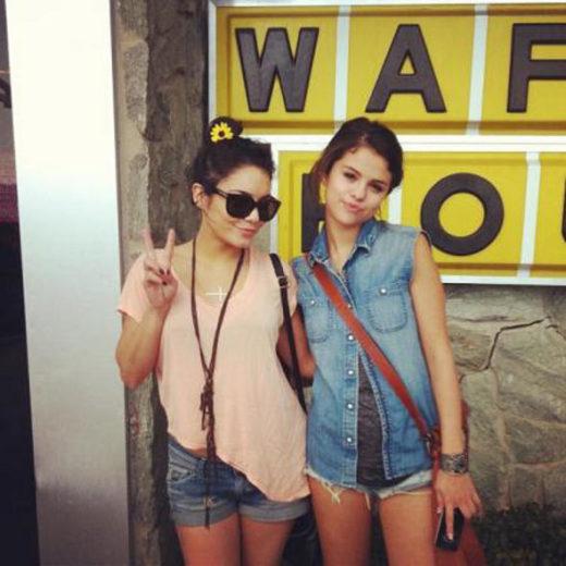Selena Gomez e Vanessa Hudgens tiram foto em bastidores de filme
