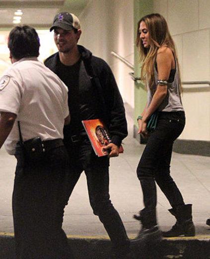 Taylor Lautner leva ex namorada para jantar