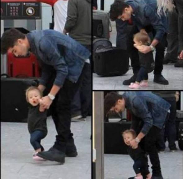 Fofo! Zayn Malik, do One Direction, brinca com bebê em aeroporto *-*