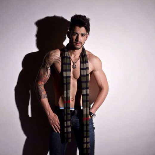Gusttavo Lima sensualiza em foto sem camisa