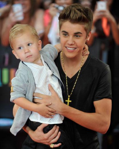 Justin Bieber leva irmão mais novo para premiação