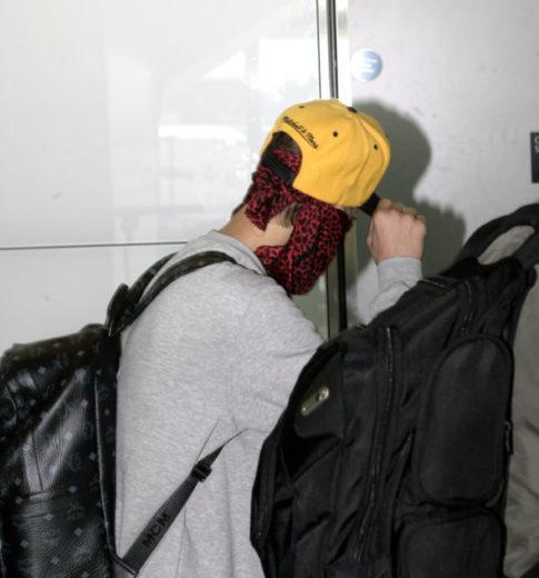 Justin Bieber esconde o rosto dos fotógrafos em Londres
