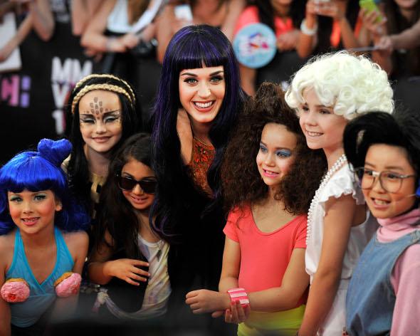 Fofas: crianças se vestem de Katy Perry durante premiação