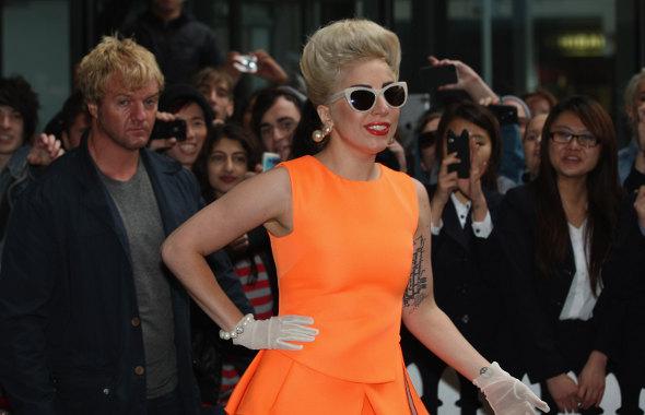 Mais uma: Lady Gaga machuca a cabeça durante show