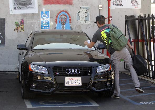Zac Efron leva multa por estacionar em lugar proibido
