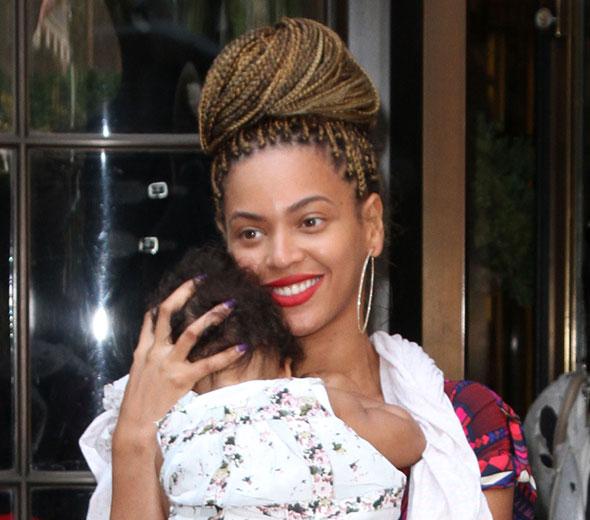 Beyoncé passeia com a filha nos Estados Unidos com novo visual