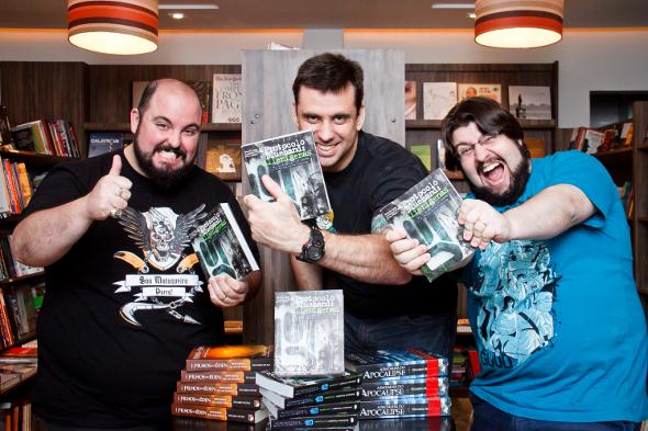"""Na imagem: Deive Pazos e Alexandre Ottoni, do site Jovem Nerd, no lançamento do """"Protocolo Bluehand: Alienígenas""""."""