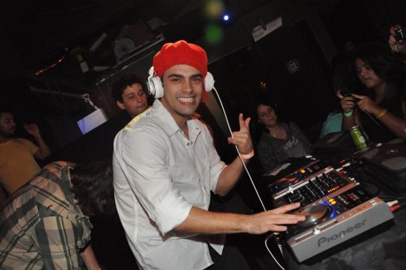Rodrigo Dorado, de Rebelde, faz discotecagem no Rio