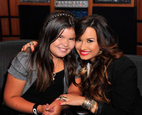 Demi Lovato canta ao lado de sua irmã mais nova
