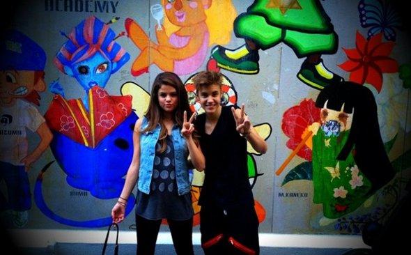 Crise? Que nada! Selena Gomez e Justin Bieber viajam juntos para o Japão