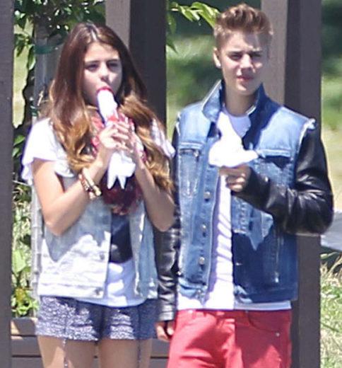 Justin Bieber e Selena Gomez aproveitam dia de sol com picolé