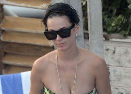 De biquíni, Katy Perry mostra a boa forma