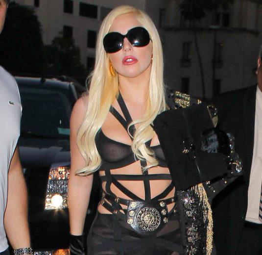 Lady Gaga deixa os seios à mostra em Beverly Hills