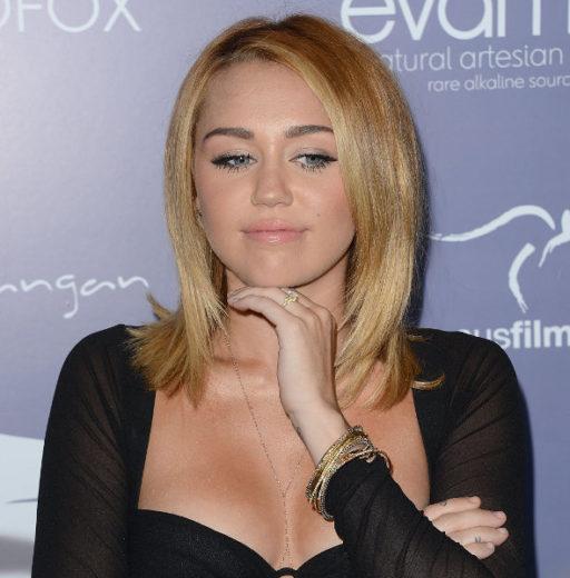 Miley Cyrus faz declaração de amor pelo twitter