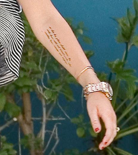 Miley Cyrus faz nova tatuagem!