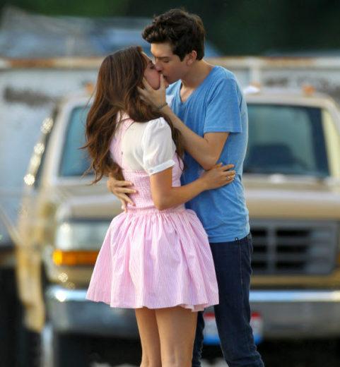 Selena Gomez beija ator em cena de filme!