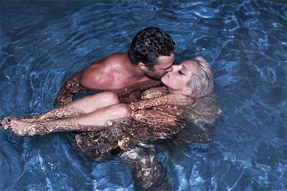 Lady Gaga nua na piscina com o namorado