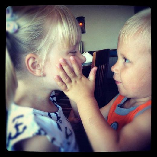 Justin Bieber publica foto do irmão em momento descontraído