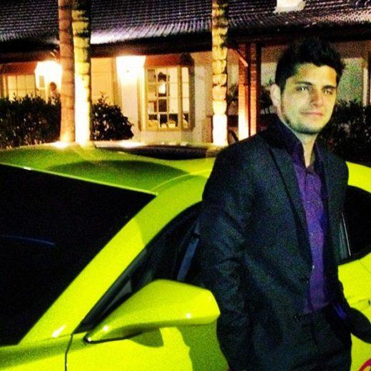 Bruno Gissoni tira onda de camaro amarelo