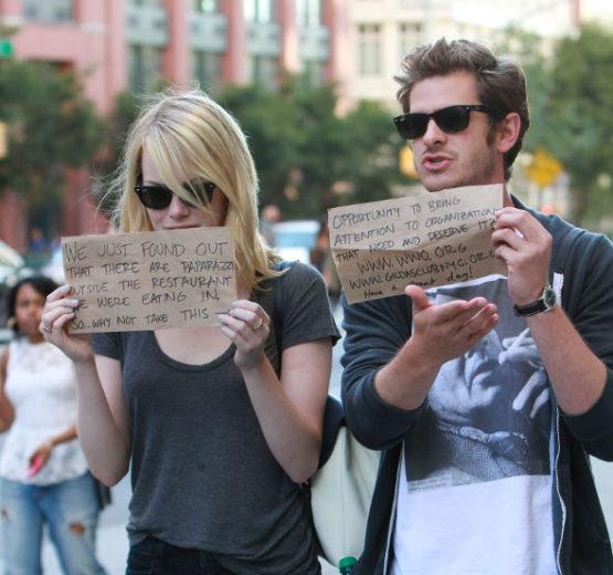 Emma Stone e Andrew Garfield pedem doações a paparazzi