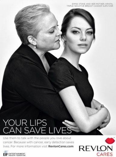 Emma Stone posa com a mãe contra câncer de mama