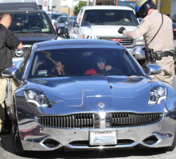 Paparazzi batem o carro depois de perseguir Justin Bieber