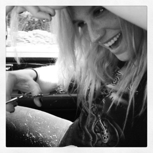 Ke$ha corta o cabelo dentro do carro!