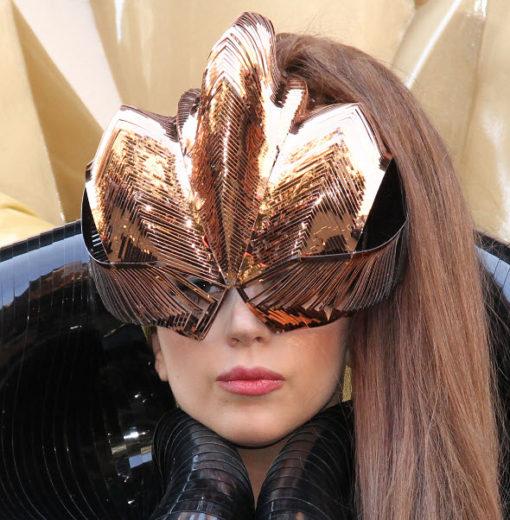 Lady Gaga fuma maconha no palco!