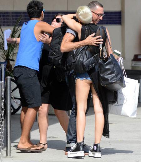 Miley Cyrus deixa o bumbum à mostra