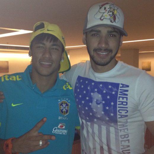 Gusttavo Lima posa com Neymar depois da morte da irmã