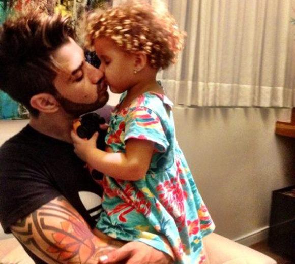 Gusttavo Lima dá selinho na sobrinha Laura